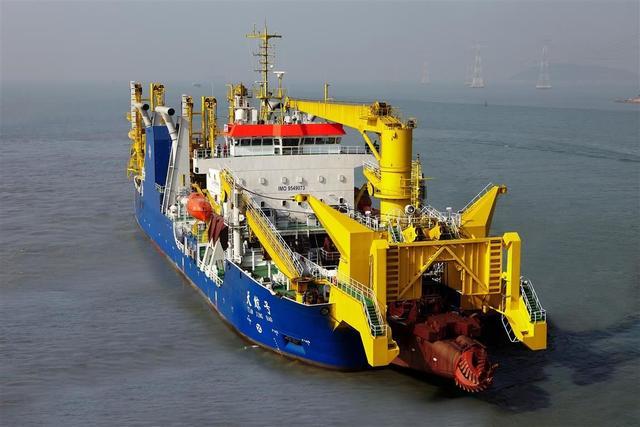 我国知名度很高的天鲸号绞吸式挖泥船